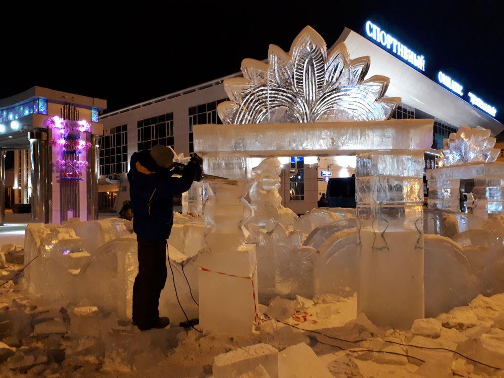 Работа специалиста - так мастера выпиливают красивейшие объекты из льда.