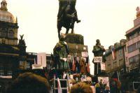 Трибуна демонстрантов у памятника Святому Вацлаву в Праге. Бархатная революция, 1989 год.