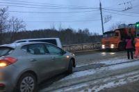 На северной дамбы из-за аварии остановилось трамвайное движение в обе стороны.