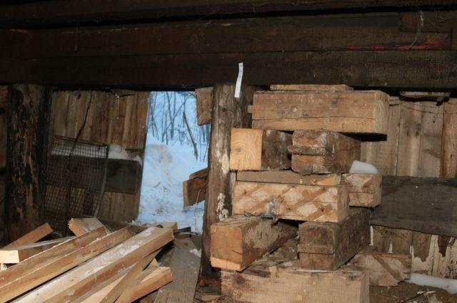 В Салехарде проводят усиление свайных оснований деревянных домов