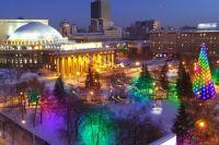 Несколько сотен новосибирцев собрались, чтобы увидеть торжественное открытие новогоднего городка в Театральном сквере.