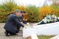 Координатор проекта «Историческая память» по Тверской области Владимир Левицкий и его коллеги у мемориала, где захоронен Камен Цанов.