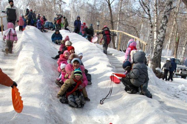 Родители местных ребятишек своими силами возвели для своих детей снежную горку на огороженной территории бывшей спортивной площадки.