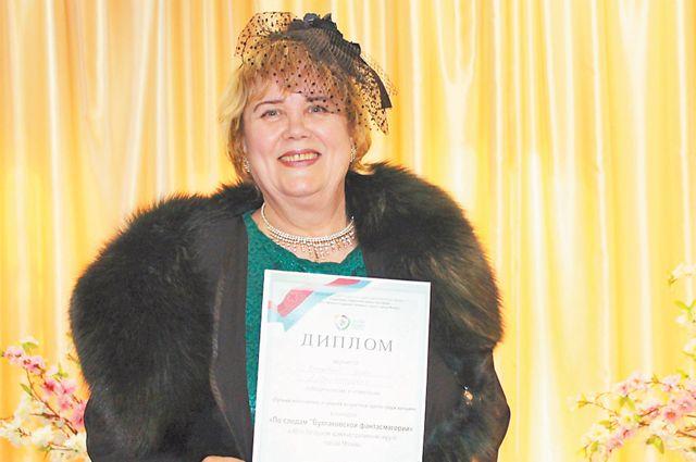 Известная поэтесса ипевица Нина Ярнова– звезда концертов вЦентральной библиотеке № 190.