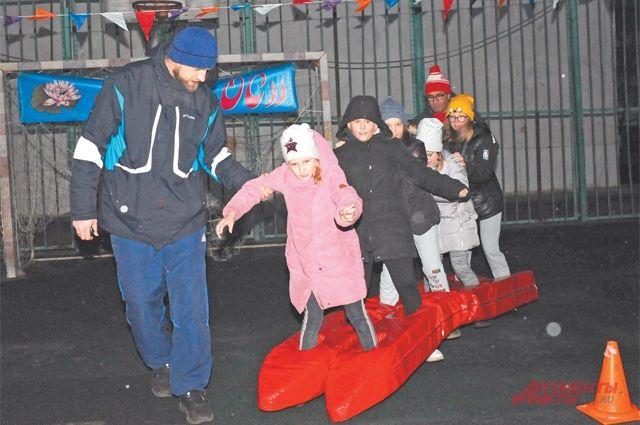 Взрослые помогали детям сохранить равновесие в необычных «лыжах».