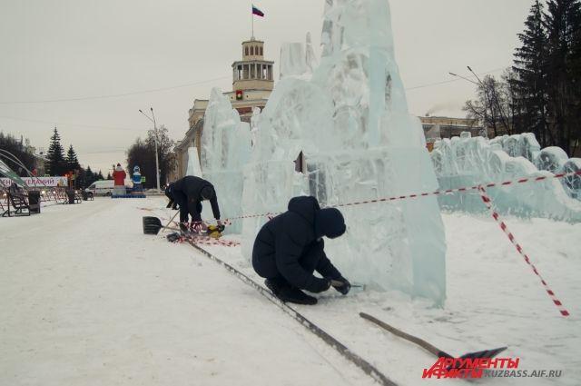 Скульптуры делают в два этапа: сначала строители формируют основной объём из ледяных блоков, потом скульпторы прорабатывают детали будущей фигуры.