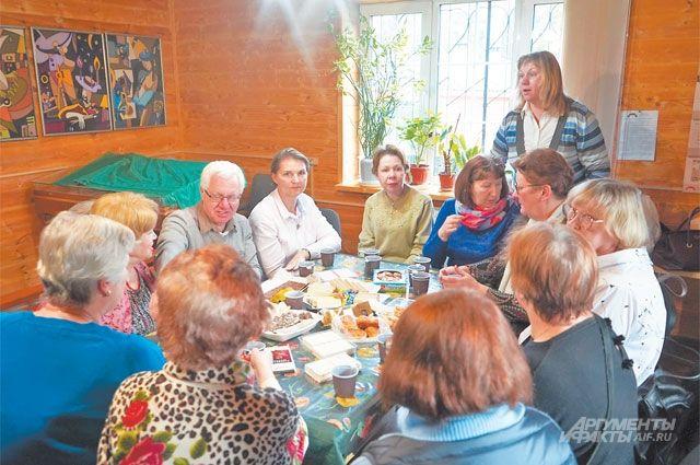 После лекций, на которых участники слушают и обсуждают стихи ипрозу Евгения Евтушенко, общение продолжается за чашкой чая.