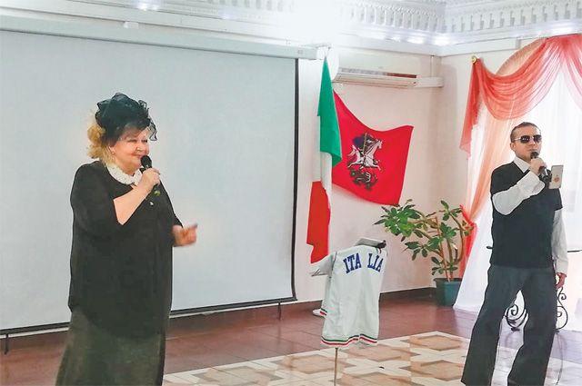 Вот уже 20 лет она исполняет  свои песни для жителей Котловки.