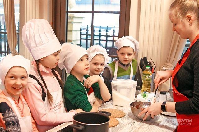 Вооружившись колпаками и фартуками, юные кулинары создают шедевры европейской кухни.