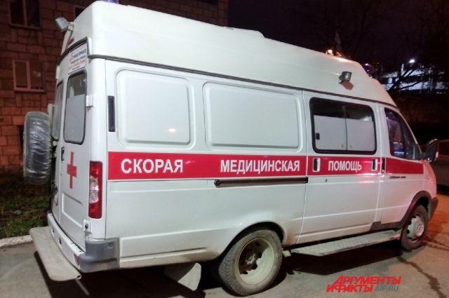 Машина скорой помощи, которая везла в больницу пациентку с ножевым ранением, ехала с включённым маяком и сиреной.