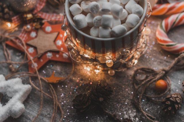 В стране восходящего солнца принято разрезать традиционные пирожные на небольшие части и делить между членами семьи с пожеланиями здоровья и счастья в Новом году.