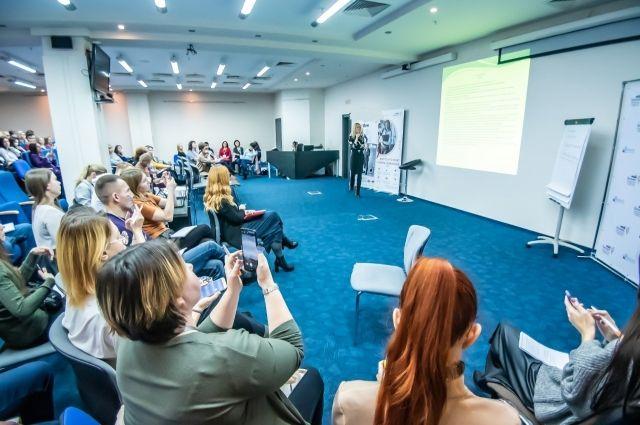Обучение в оффлайн-формате увеличивает вовлеченность участников, позволяет вести живые дискуссии.
