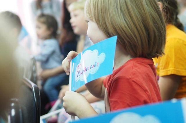 Традиционно участниками акции становятся маленькие пациенты, для которых проводятся праздничные представления и вручаются памятные подарки.