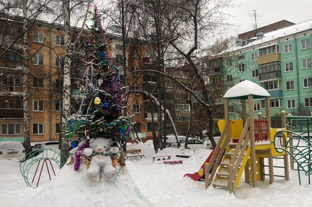 Жители украсили свои дворы, чтобы создать новогоднее настроение соседям и прохожим.