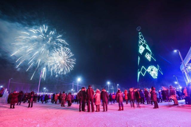 Тысячи красноярцев традиционно встречают Новый год на главной городской ёлке.