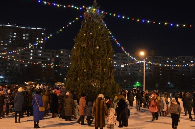 В Оренбурге на ул.Чкалова у дома №70 открыта новогодняя площадка.