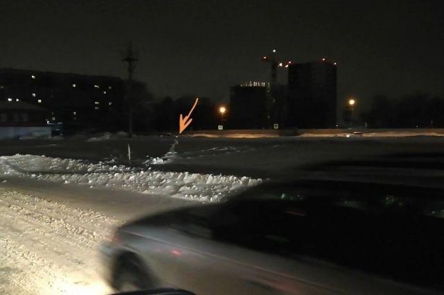 Видимо, световую опору плохо закрепили перед открытием автовокзала.