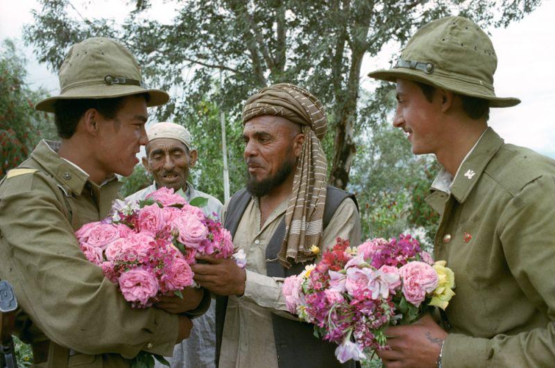 Советские воины и жители Афганистана.