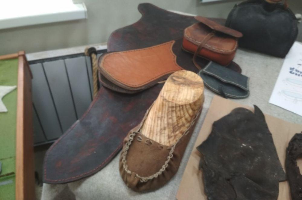 Ребята сами шьют обувь по предоставленным историками образцам.