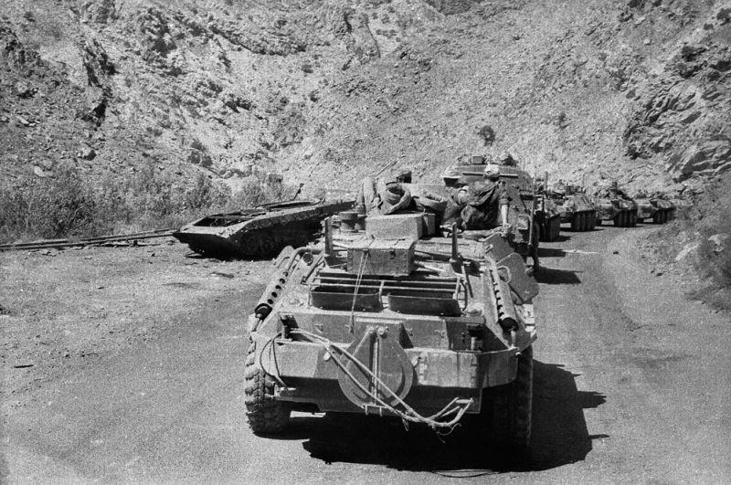 Провинция Нангархар. Колонна бронетехники в ущелье Танги-Абришом (Шелковое ущелье). Трасса Джелалабад-Кабул.