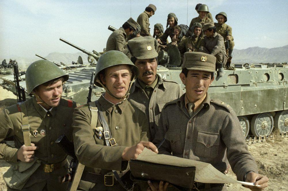 Советские и афганские воины. Второй слева - командир мотострелкового взвода Евгений Смерин, второй справа - лейтенант Мухаммед Амин, справа - младший лейтенант Абдулла Рашид.