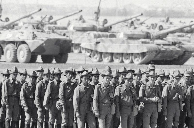 Советские солдаты возвращаются на Родину из Афганистана.