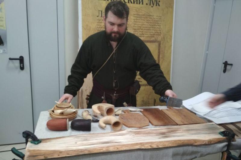 На столе - заготовка для лыжи. По старинной технологии ствол сосны расщепили с помощью клиньев на доски.