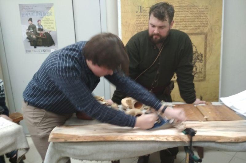 Сначала заготовку нужно обработать рубанком. Затем лыже придадут форму, изогнут и обошьют оленьей шкурой.