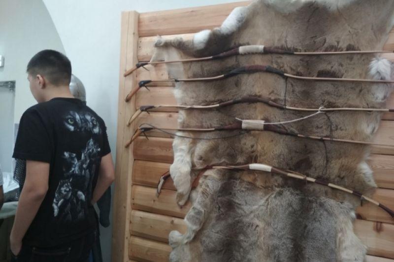 Коллекция луков изготовлена омским мастером-лучником Даниилом Вяткиным.