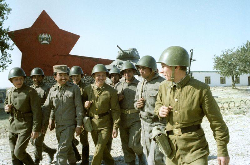 Советские и афганские воины после совместных занятий.