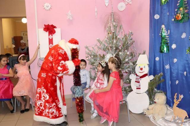 Детей поздравил Дед Мороз.