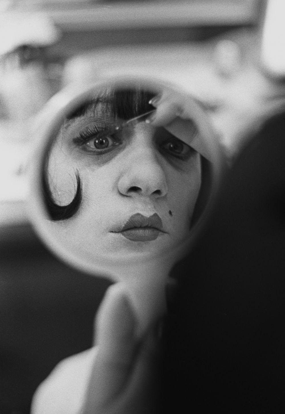 Галина Волчек на съемках фильма «Маяковский смеется» на киностудии Мосфильм, в гримерной, 1975 год.