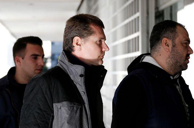 Александр Винник препровождается в афинский суд.