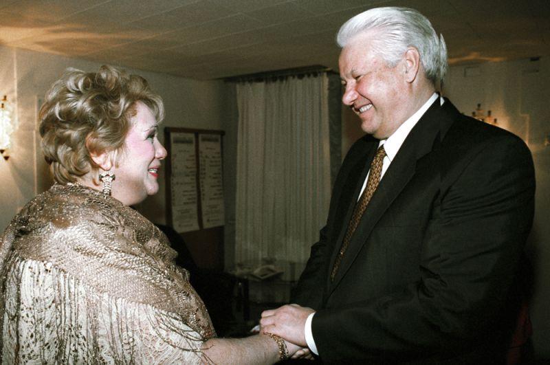 Президент РФ Борис Ельцин (справа) беседует с главным режиссером театра «Современник» Галиной Волчек (слева) после просмотра спектакля «Ревизор», 1996 год.