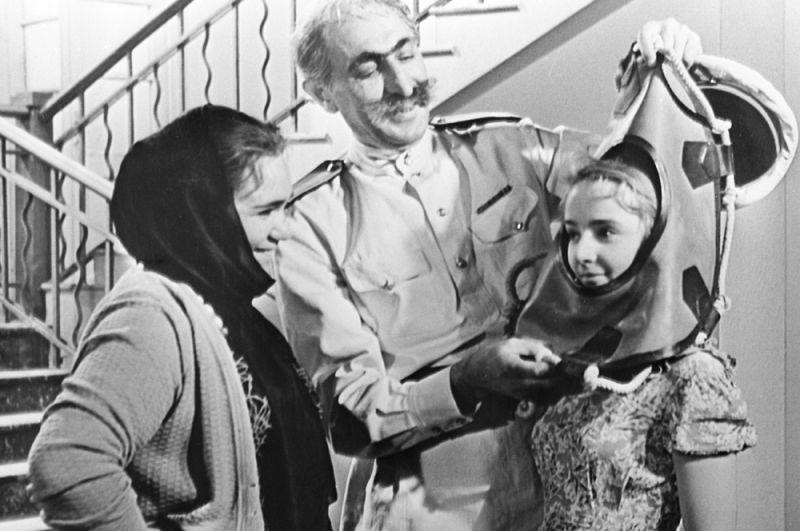 Кадр из фильма «Грешный ангел», 1962 год. Афродита —Галина Волчек (слева), Ставриди —Марк Перцовский, Вера — Ольга Красина.