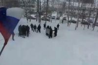 Полицейские отрабатывают митинг на школьниках в Татарстане.