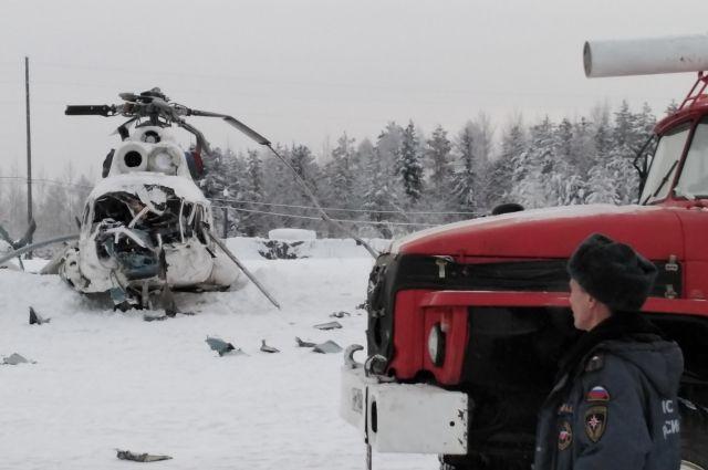 Вертолет попал в снежный вихрь.