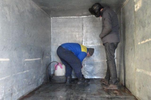 Резервуар с топливом был обнаружен за самодельной стенкой.