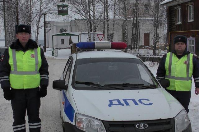 Полицейские довезли путников до гостиницы.