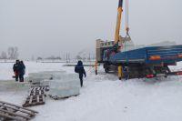 Лёд для фигур пилили на городском пруду, а перед этим волонтёры сами очищали площадку от снега.