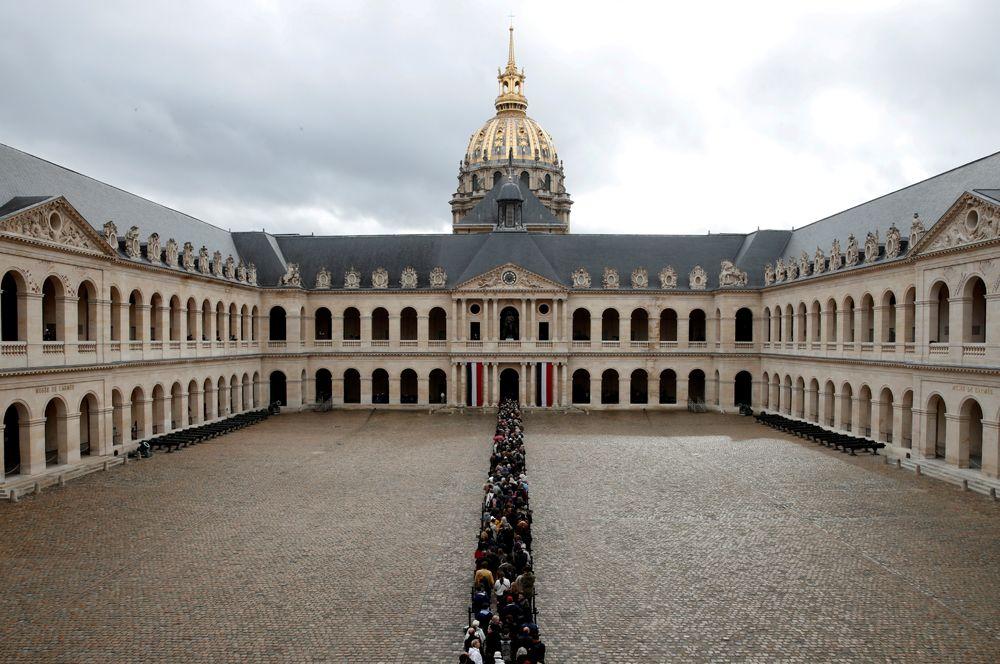 Люди стоят в очереди, чтобы попрощаться с покойным экс-президентом Франции Жаком Шираком в Доме Инвалидов в Париже. Бывший президент скончался 26 сентября в возрасте 86 лет.