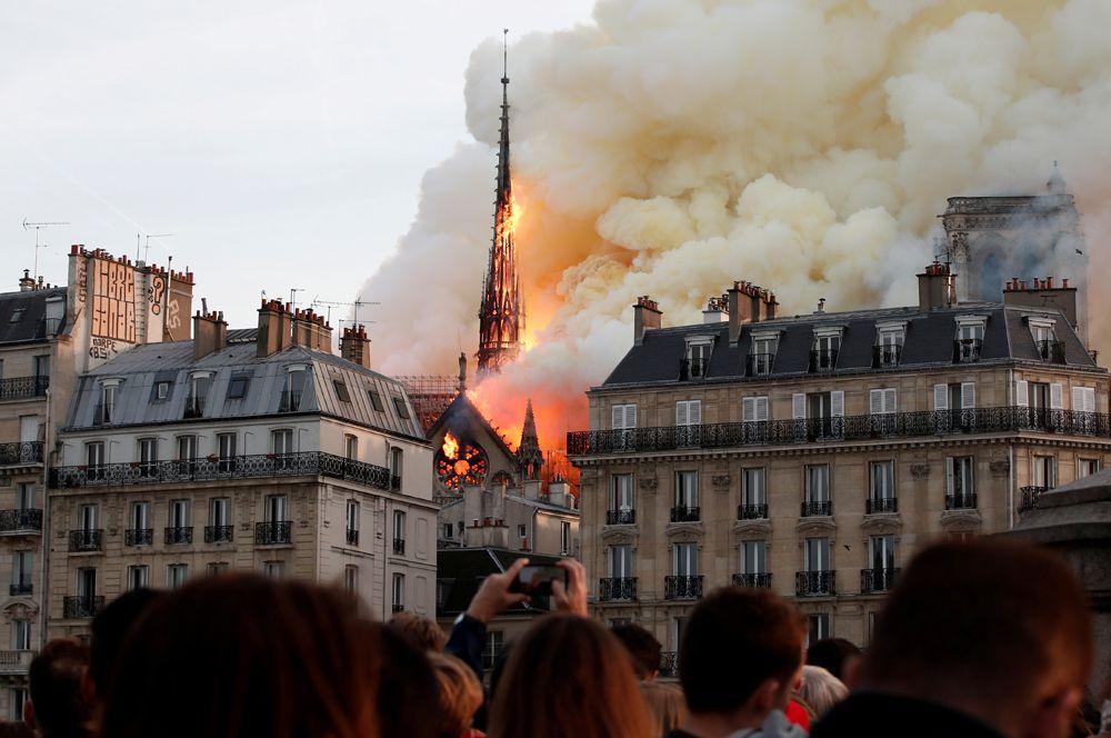 Горящий Собор Парижской Богоматери, Франция. 15 апреля в Нотр-Даме произошел крупный пожар, который уничтожил шпиль собора и серьезно повредил несущую конструкцию здания. Сумма пожертвований на его реставрацию составила 104 млн евро.