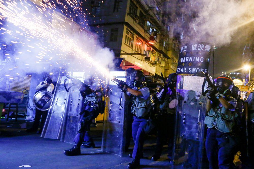 Массовые акции протеста в Гонконге проходят с июня этого года. Изначально люди выходили на улицу, чтобы высказать свое мнение против принятия законопроекта об экстрадиции преступников на территорию материкового Китая. После того, как власти Гонконга согласились не вводить проект закона, протестующие потребовали также провести реформы и организовать расследование действий полиции в ходе разгона акций. За участие в митингах и беспорядках арестовали уже порядка шести тысяч человек.