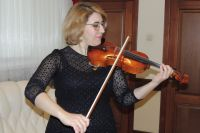 Солистка Омской филармонии Гоар Айрапетян тестирует скрипку мастера Дегани.