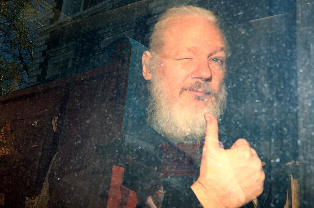 Основатель WikiLeaks Джулиан Ассанж, арестованный после того, как президент Эквадора Ленин Морено отказал ему в дипломатическом убежище. С 2012 года Ассанж скрывался в посольстве Эквадора в Лондоне и был арестован в связи с запросом властей США, где его обвиняют в 17 эпизодах шпионажа, об экстрадиции.