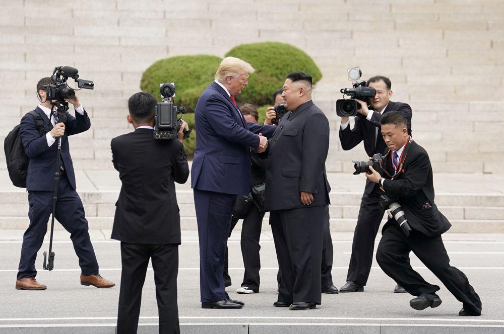 Президент США Дональд Трамп и северокорейский лидер Ким Чен Ын встречаются в демилитаризованной зоне на границе двух Корей в погранпункте Пханмунджом.