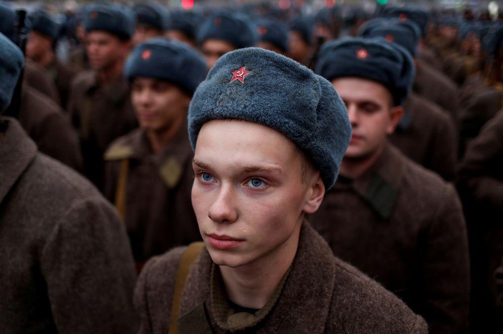 Военнослужащие на репетиции военного парада в честь годовщины парада 7 ноября 1941 года на Красной площади в Москве.