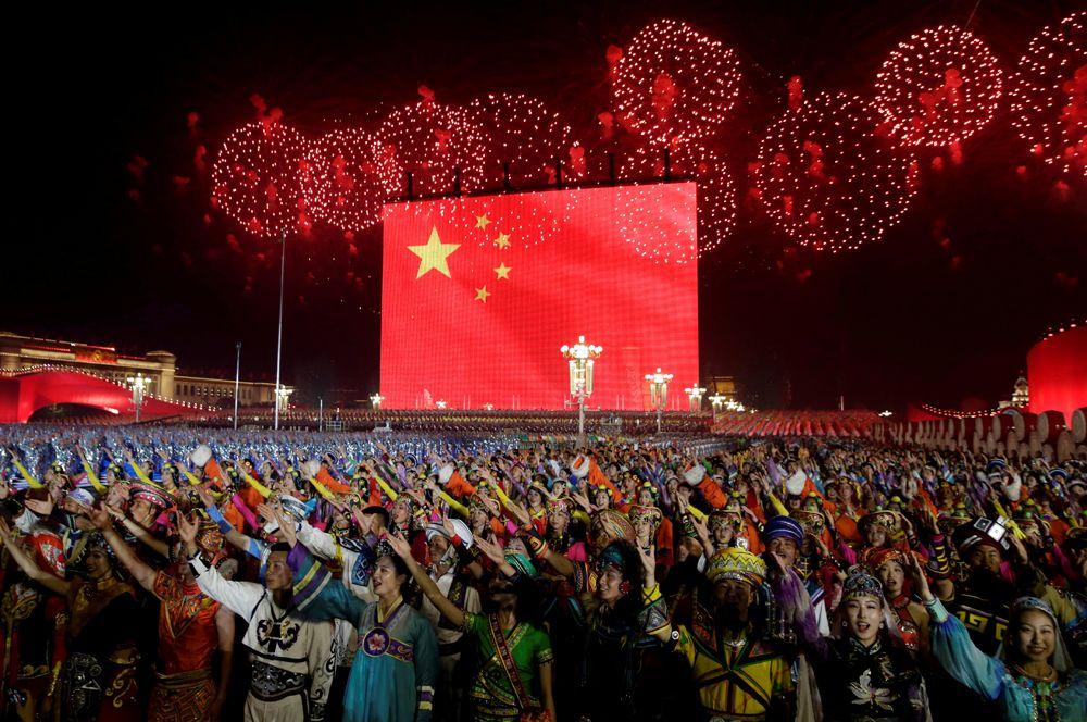 Фейерверки над площадью Тяньаньмэнь в день 70-летия образования Китайской Народной Республики, Пекин.