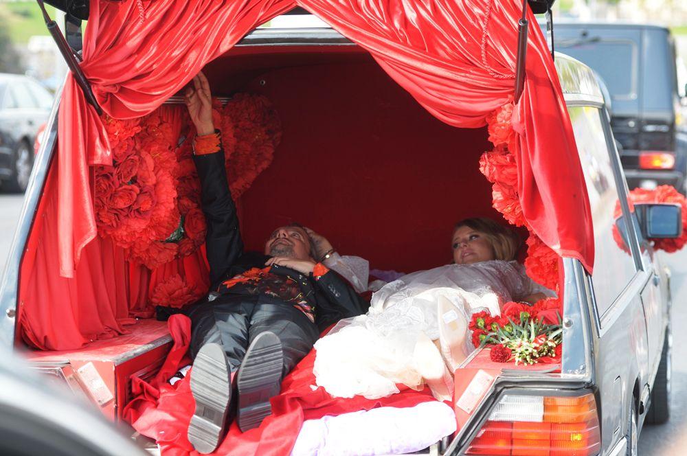 Свадьба режиссер Константина Богомолова и телеведущей Ксении Собчак. В ЗАГС молодые подъехали, лежа в катафалке с надписью «Пока смерть не разлучит нас».