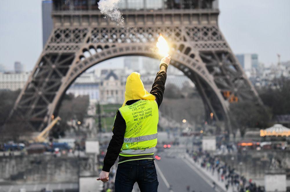 Протесты «желтых жилетов» в Париже. Участники французского движения «желтых жилетов» проводят акции протеста по субботам, начиная с ноября 2018 года. Цель участников — выразить недовольство политикой правительства, не стремящегося, по их мнению, решать материальные проблемы рядовых граждан.